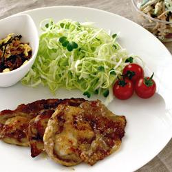 豚の生姜焼き/いんげんとごぼうの和風サラダ/ベーコンとじゃがいものお味噌汁/柏餅