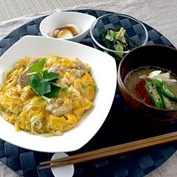 親子丼/浅漬け/冷たいお味噌汁/みたらし団子